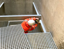 Riser floor grating and installation